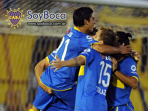 Los jugadores de Boca festejan un gol frente e Huracán
