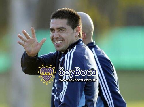 Roman sonríe y de su mano Boca va...