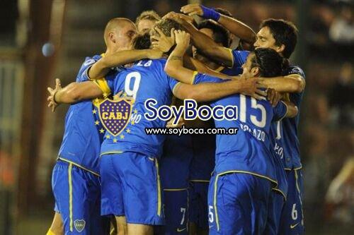El abrazo de los jugadores de Boca luego de meter el gol a Huracán