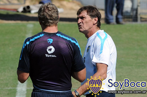 Palermo y Falcioni dialogan en el entrenamiento previo al partido con Lanus