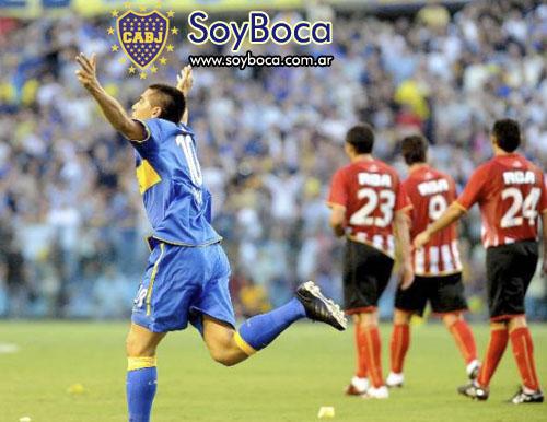 Riquelme festejar el primer gol a Estudiantes en la Bombonera